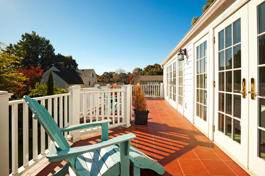 Great deck with railing.