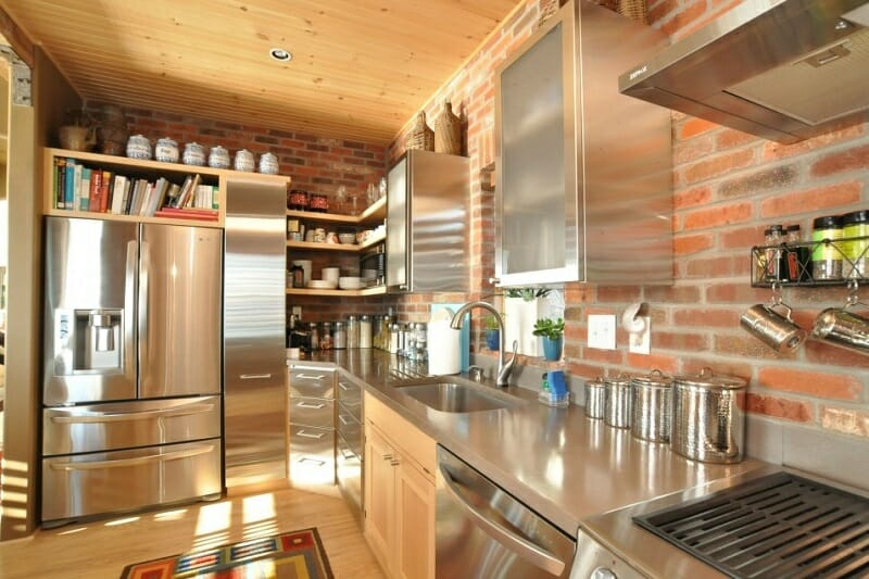 wall-exposed-kitchen-panelling-as-brick-backsplash-in-country-style-modern-kitchen-decors_via_karfid