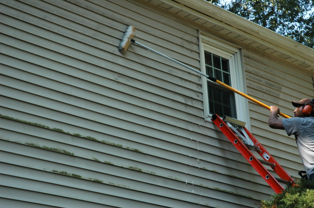 Scrubbing vinyl siding - Image Source