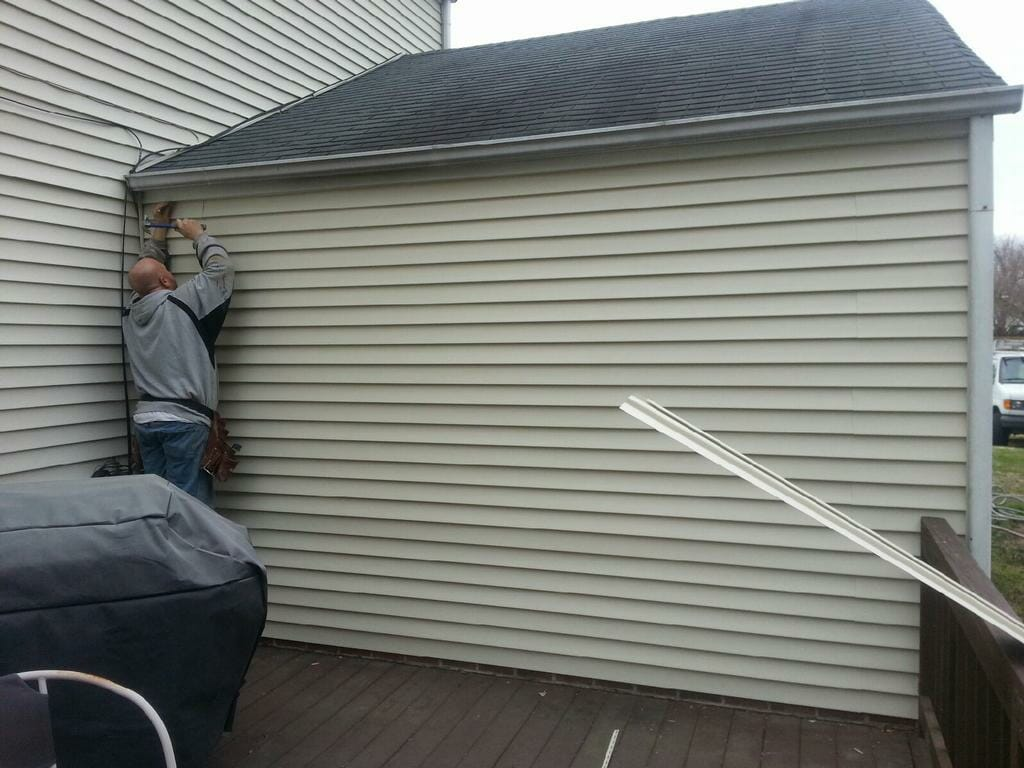 Vinyl siding repair - Image Source