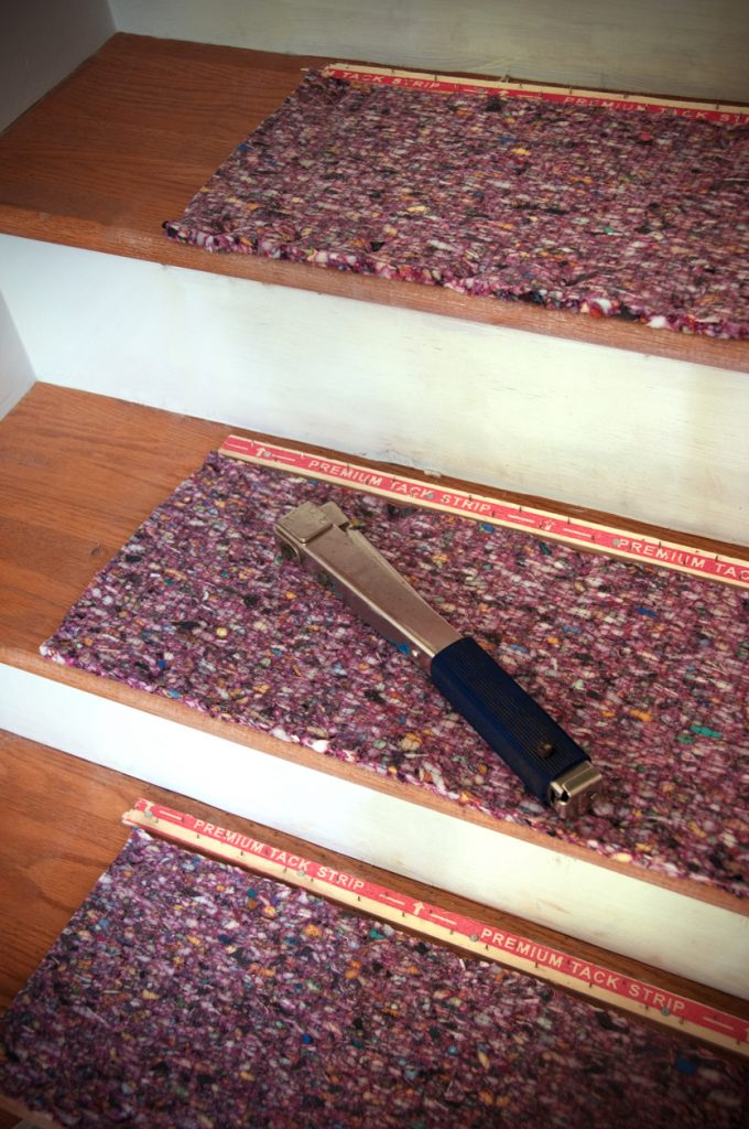 Installing-staircase-carpet-padding