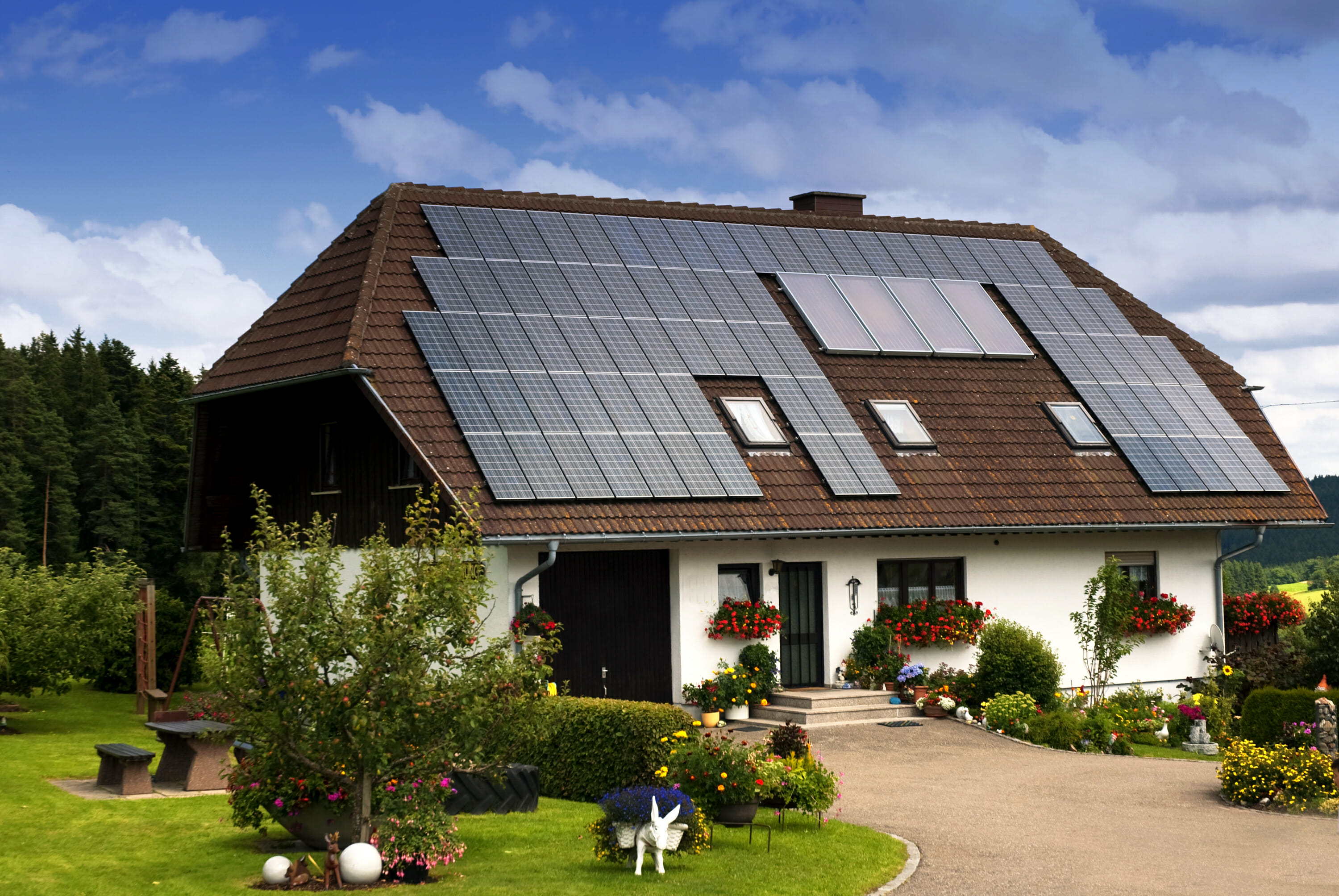 Should you buy a house with solar panels modernize for Solar powered home designs